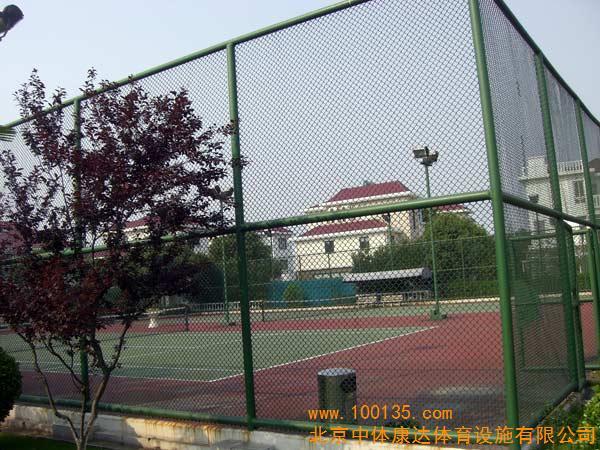 """篮球场围网施工,网球场围网专业施工,围网专业施工企业,济南三和体育设施公司专业施工各种体育场地围网-网球场围网-篮球场围网-排球场围网-足球场围网与灯光的设计、铺装、施工、维修等整套方案。运动场地周边防护围网为更好地提高运动休闲档次,围网的样式变化多样,色彩图案新型,更适宜耐用。可来电咨询,一直以来,我公司坚持以""""致力于体育场地建设,创造舒适的运动空间""""为宗旨,本着""""质量、服务为根本,诚信经营为基础,共赢互利为目标""""的经营方针竭诚为社会及广大客户服务。我厂配"""