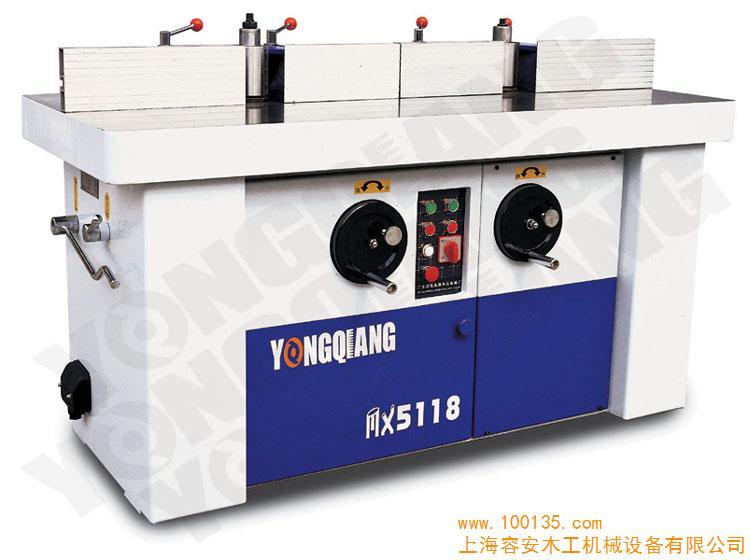 实木板镂铣机|铣槽机|木工板立式开榫槽机|单轴镂铣机 工板立式开榫槽机|单轴镂铣机铣床木工镂铣机,结构简单紧凑,工作台升降调节方便。木工镂铣机作用于夹固刀具加工的主轴精度高,调整方便,运行平稳。木工镂铣机生产效率高加工工件精度高质量好。 镂铣机包括机身、主轴总成、工作台、挡板、扇形板、摆角座、锁紧手柄、垂直拖板、拖板座、手轮、升降螺杆、弹簧和踏板总成,踏板总成包括一主踏板和一锁定踏板,主踏板中部与机身底部铰接,主踏板外伸的一端为踏脚端,另一端与升降螺杆下端相抵,锁定踏板通过其中部的支臂与主踏板铰接,锁定踏