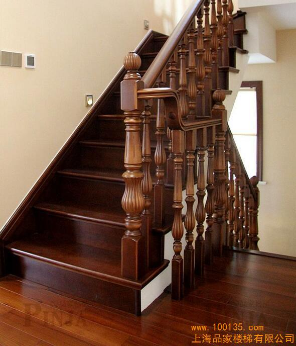 别墅整体装修效果案例图 客厅装修围栏立柱款式 设计居住型简欧风格实木楼梯搭配 金铭·文博水景 本案的设计风格为简约欧式,营造典雅、自然、高贵的气质、浪漫的情调是本案的主题。 案例说明:业主邻居家的楼梯是品家设计师汪海星设计的,在楼梯装好后业主去看过,表示很满意。邻居对品家的评价也非常高,业主就向邻居要了品家设计师的电话。业主在联系了品家设计师汪海星后就定下了一系列木质产品。楼梯跟邻居家的一样,都是榉木材质的。选用的立柱没有复杂的雕花讲究,但是细节上也是精心处理的。地板
